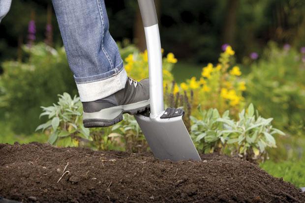 Перекопка почвы в саду