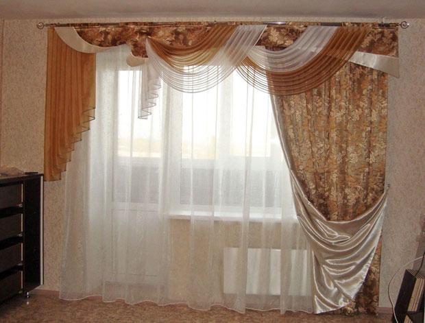 Асимметрия в оформлении окна с балконной дверью
